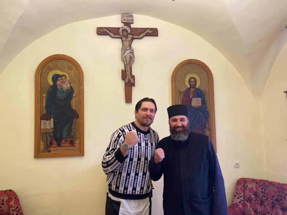Боксер Усик з приватним візитом приїхав до монахів на Львівщину (ФОТО) -