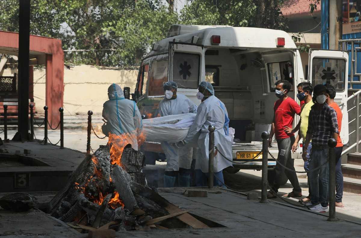 Индийские больницы на грани коллапса, а печи крематориев не справляются из-за круглосуточного использования « Русский Еврей